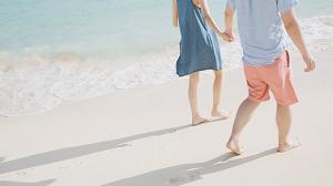 砂浜を歩く二人